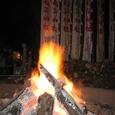 除夜篝火の粉を飛ばし星増やし