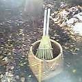 落葉掃く次の落葉のために掃く