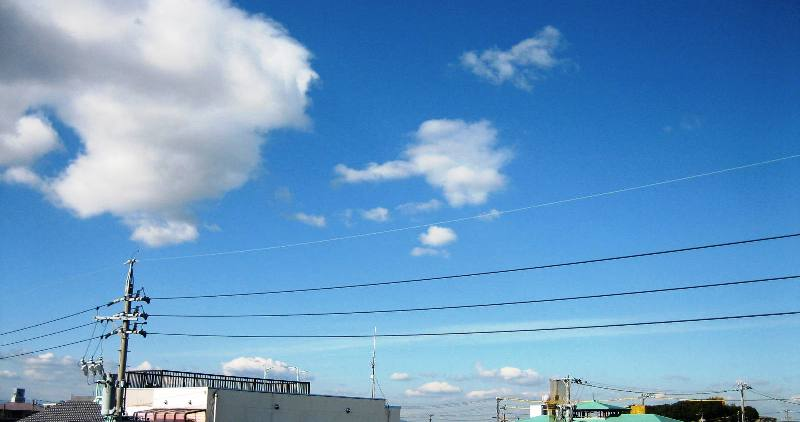 木枯や百面相の千切れ雲