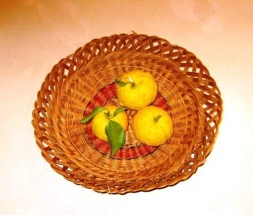 湯に入るる柚子を分け合ひ両隣